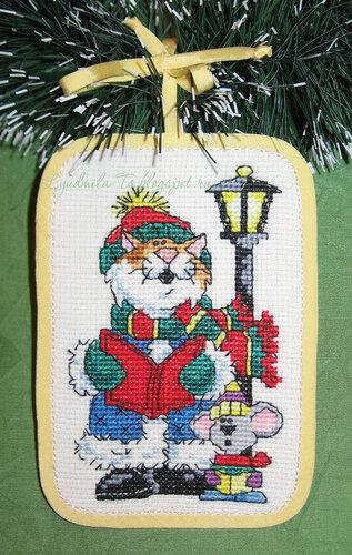 Рождественские коты (Dimensions), Рождественские коты, Dimensions, елочные игрушки, елочные украшения, игрушки на елку своими руками, новогодние котики, новогодние коты, кот с подарками, кот Санта, Кот играется, кот с мышкой поют, кот на коньках, рыже-белый кот, мышка, фонарик, рождественская песнь,