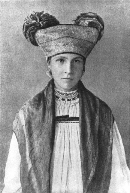 Женщина в тульском костюме. Фото 1900-х гг.Головной убор -