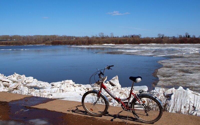 велосипед на фоне льда P4201994