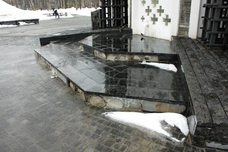 Разрушается основание Мемориала памяти жертв голодомора