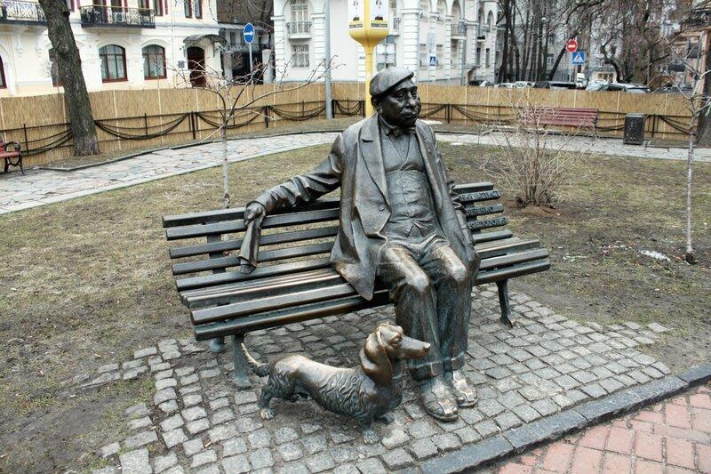 Памятник артисту Яковченко на площади Франко