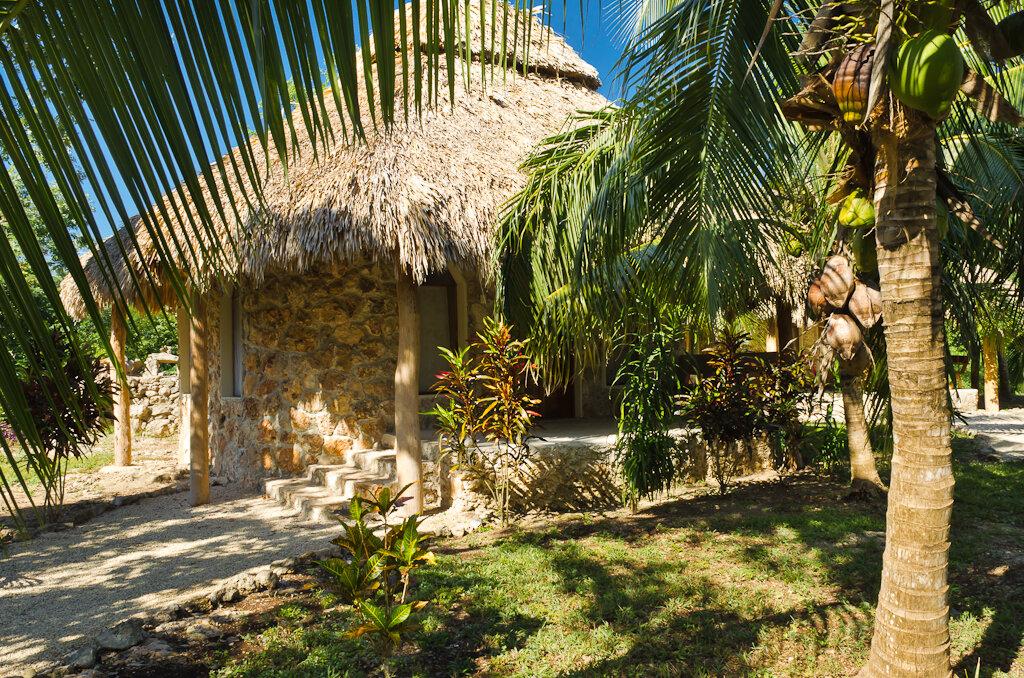 Фото 5. Вот в таком домике без стекол и с электричеством от солнечных батарей мы провели незабываемую ночь в джунглях на берегу Laguna Bacalar. Я никогда не видел столько звезд на небе!!! Поездка по Мексике на автомобиле. 1/125, 11.0, 200, 18.