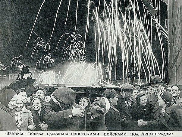 27 января 1944 г. Салют в честь полного снятия блокады Ленинграда.