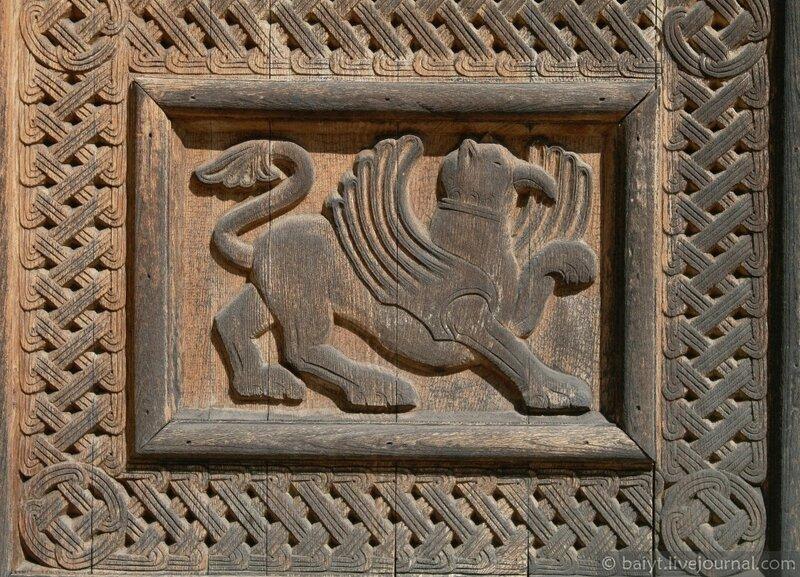 Дверь церкви Баракони. Грифон (деталь резьбы)