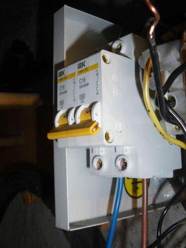 Фото 12. Соединение рычажков автоматических выключателей с помощью провода сечением 1,5 кв. мм. Вид справа.