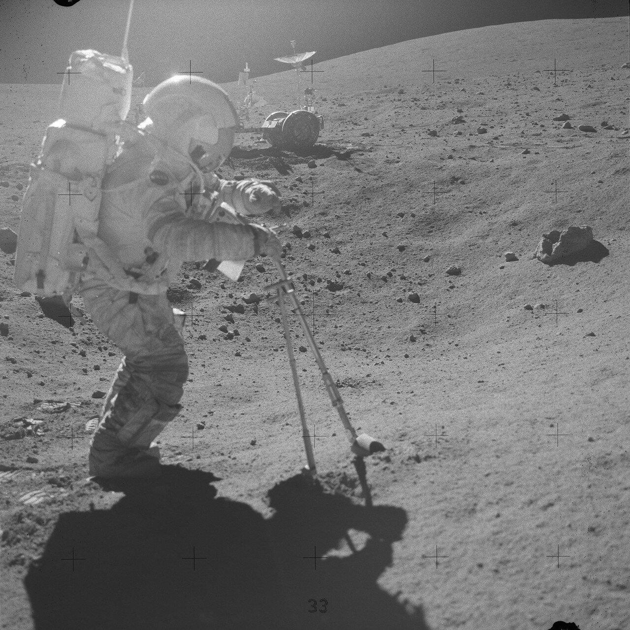 Астронавты работали на этой остановке около 20 минут и собрали несколько камней и мешочек белого грунта, который небольшим пятном лежал прямо на поверхности, на краю кратера. На снимке: Джон Янг на Station 6 перед забором белого грунта