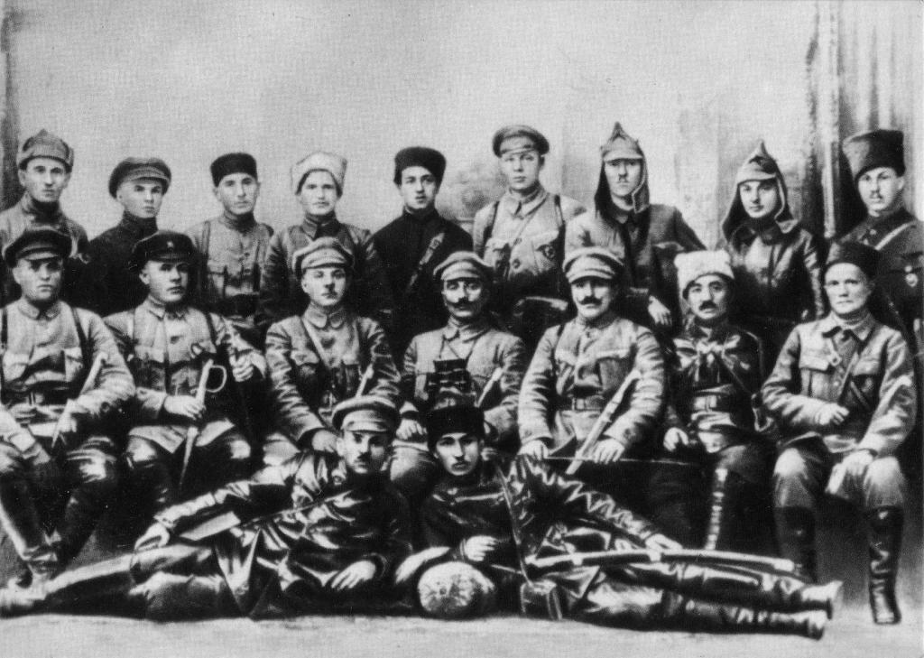 К. Е. Ворошилов и С. М. Буденный с командирами и политработниками Первой Конной армии. Майкоп. 1920 г.