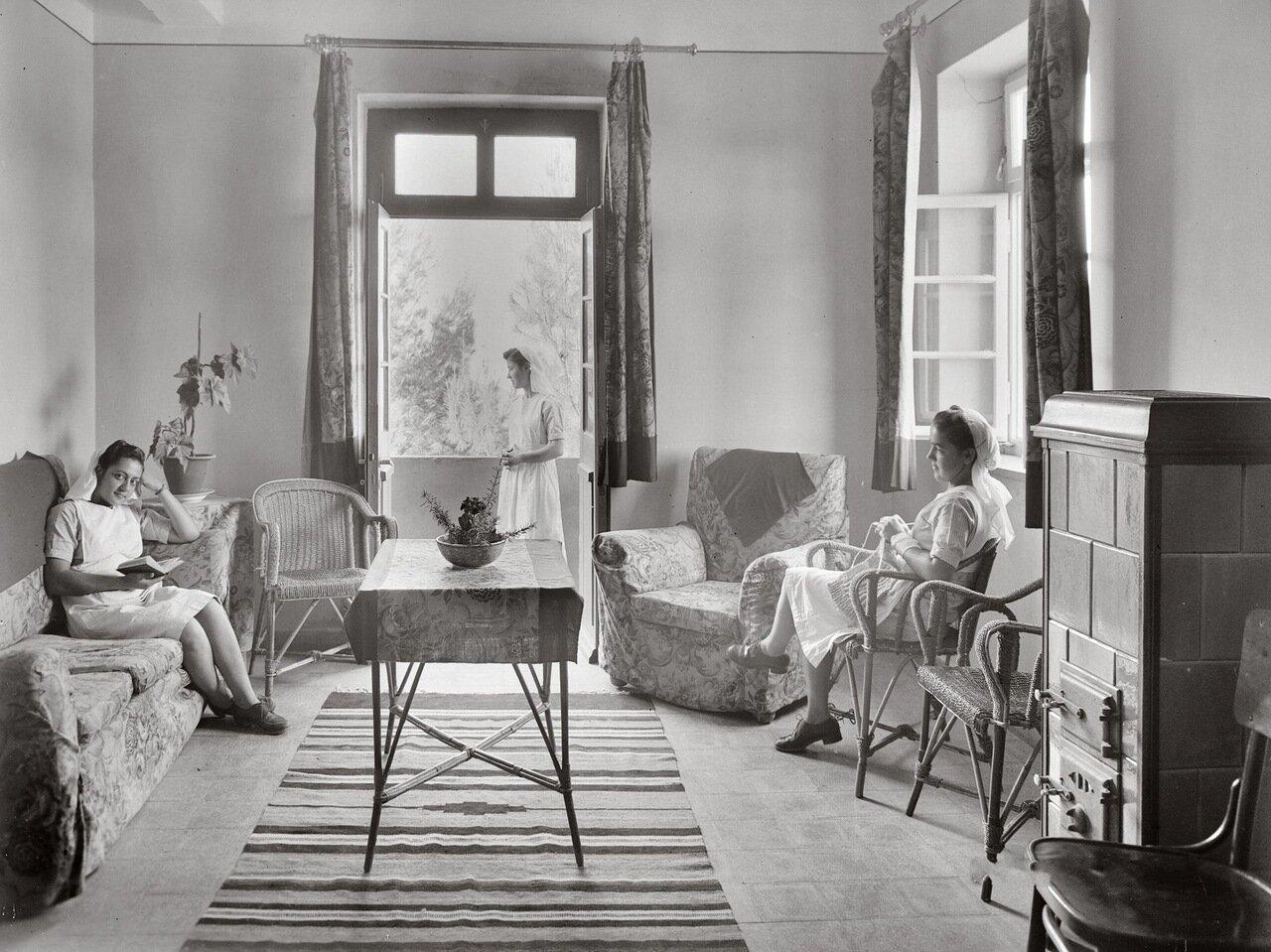Медсестры в гостиной больницы Миссии. Ажлун. Трансиордания. 1940-1946 гг.