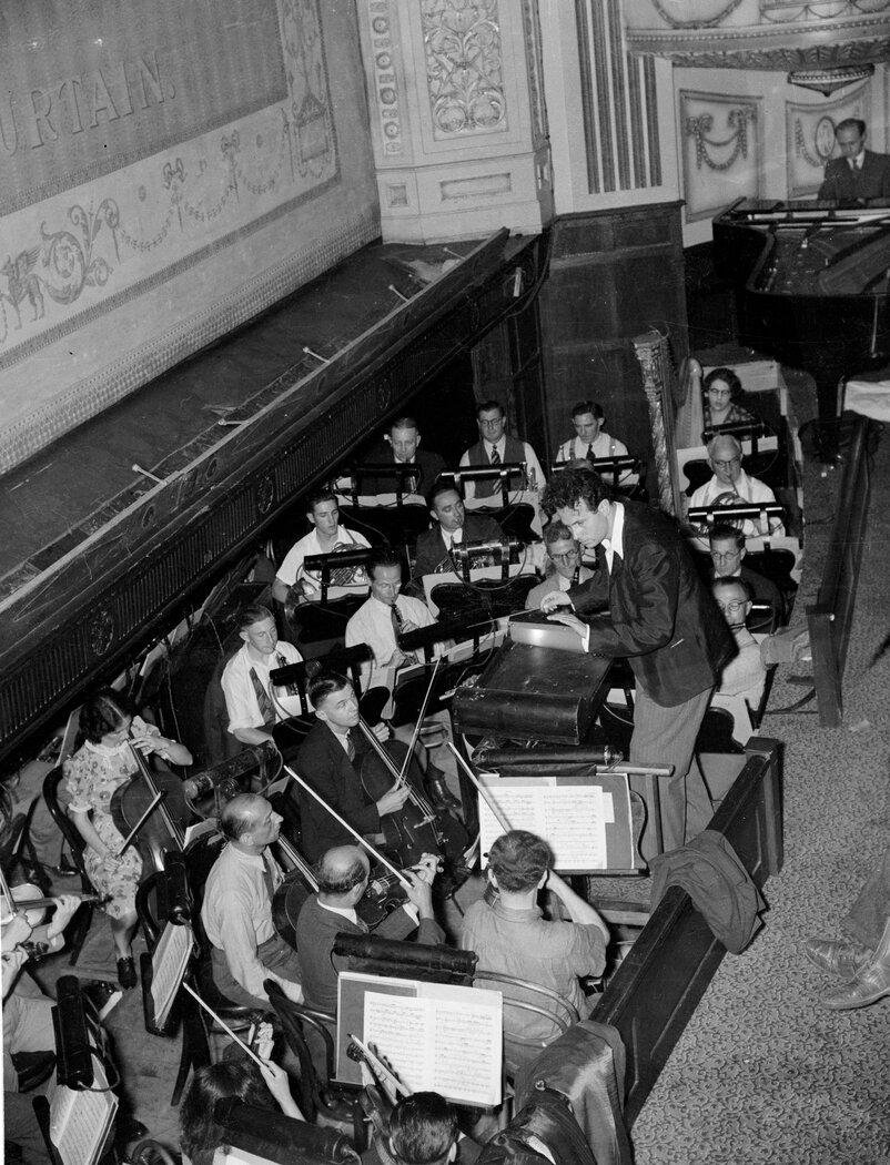 Антал Дорати проводит оркестровые репетиции Русского Балета полковника де Базиля, Королевский театр, Сидней, декабрь 1939