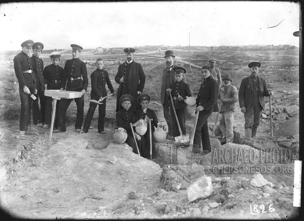 Р.Х. Лепер с гимназистами на раскопках некрополя близ Карантинной бухты