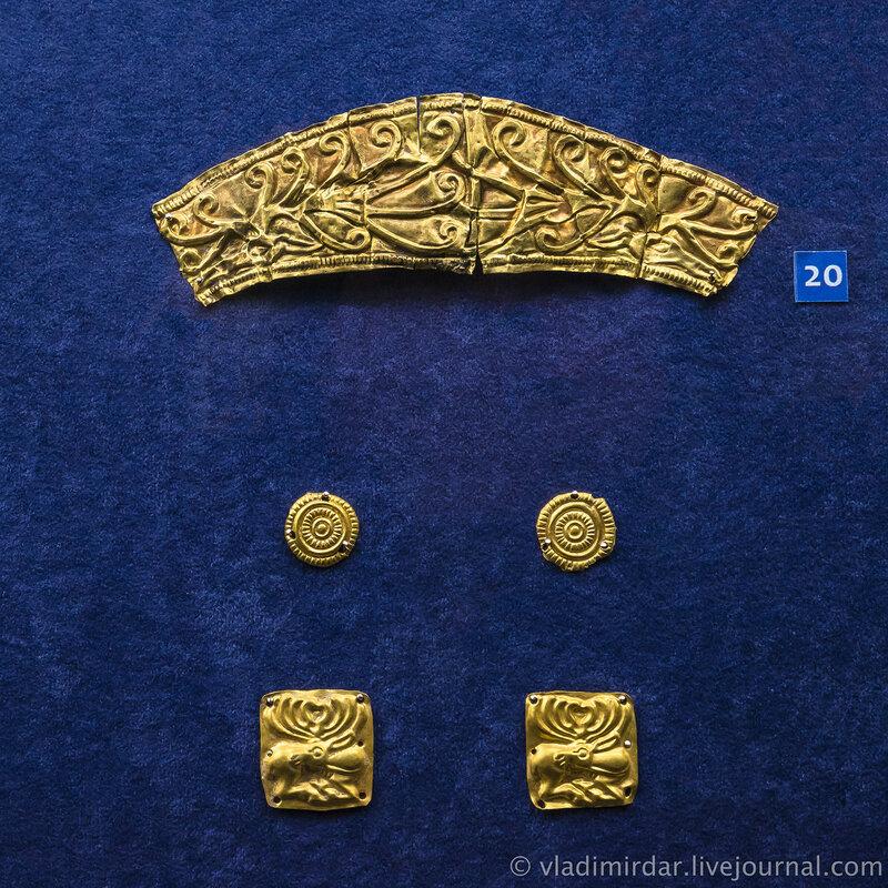 Пластина с изображением двух оленьих головок и бляхи с изображением геометрических форм и оленей. Золото, свинец. V-IV в до н.э. Краснодарский край, до 1917 года.