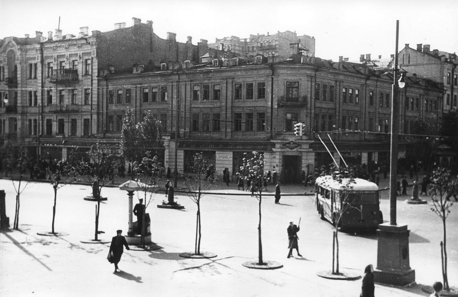 """1947-1950. Троллейбус №2 маршрута """"Вокзал - площадь Сталина"""" поворачивает на Хрещатик с улицы Ленина. Фото: Лишко К.И."""