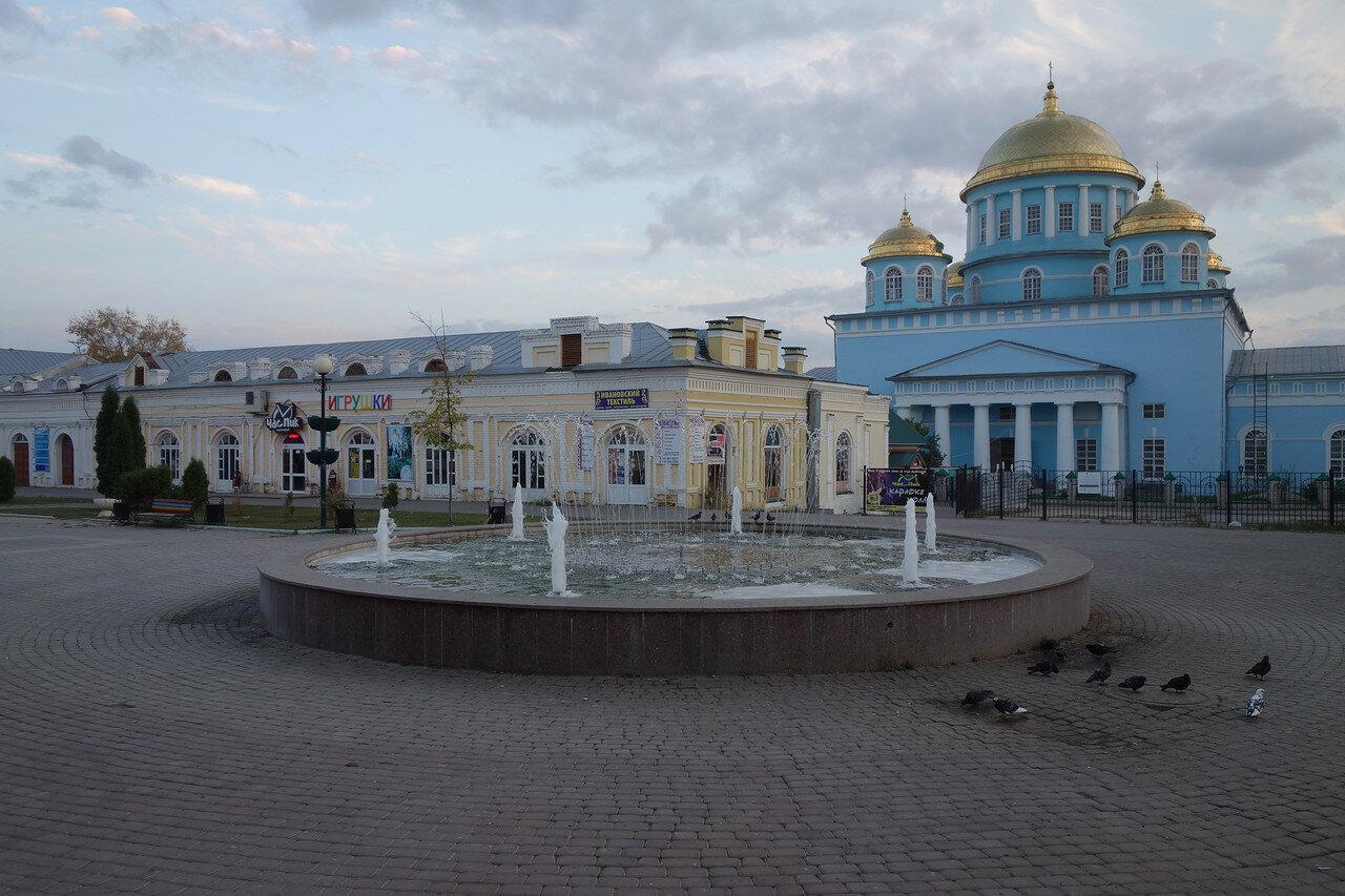 фонтан, собор, торговые ряды