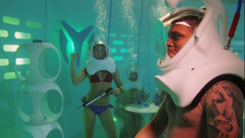 Ночной клуб в бассейне