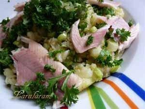 Готовый картофельный салат с рыбой