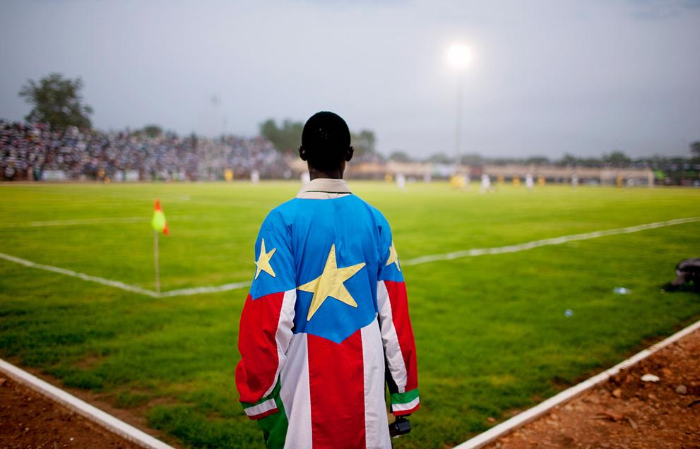 35. Житель Южного Судана в рубашке из национального флага во время первого матча команды против клуб