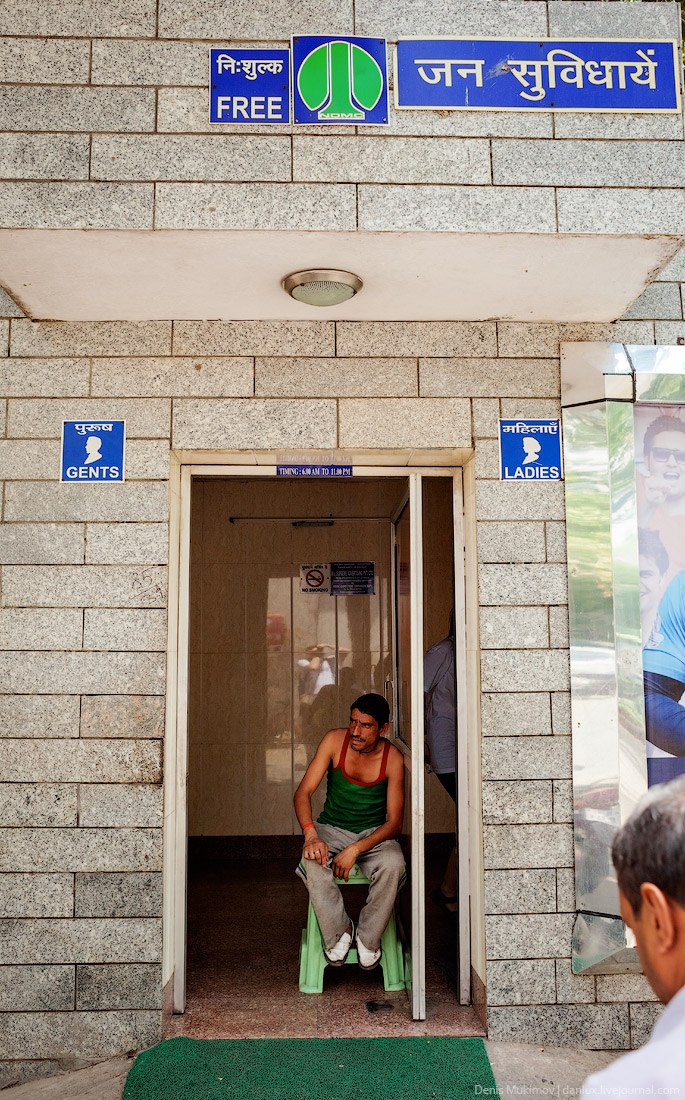 22. Обозначение женского и мужского туалета в аэропорту Индиры Ганди. Фотографии на каждом туалете р