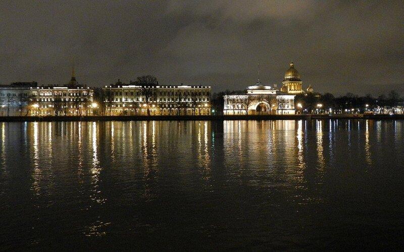 Вид на Адмиралтейскую набережную с Университетской набережной