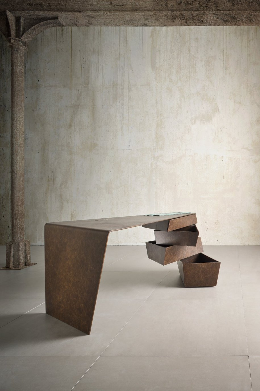 Torque Desk - рабочий стол с мужским характером