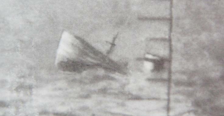 Полузатопленный танкер Суперга фото через перископ подводной лодки Щ-211