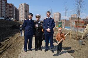 Приморские следователи высадили деревья на Аллее ветеранов во Владивостоке