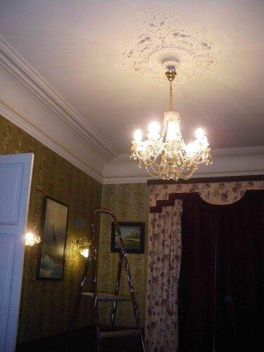 Фото 2. Современная хрустальная люстра классического дизайна. Общий вид. Старинная лепная потолочная розетка в отличном состоянии.
