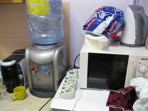 Фото 9. Кухня стоматологической клиники. В один сетевой фильтр включены вилки нескольких единиц мощной бытовой техники. Остаётся только надеяться, что всю эту технику не эксплуатируют одновременно.