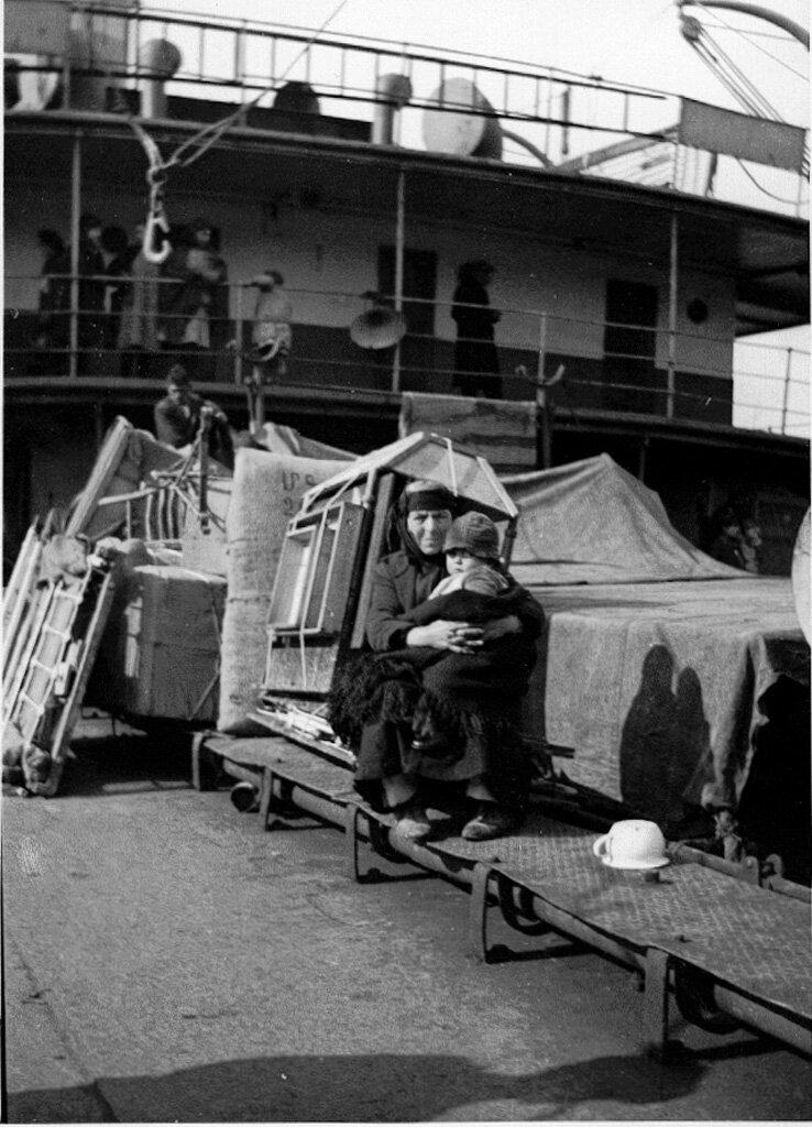 Армянские беженцы в порту Пирей в 1932 году перед отправкой в Армению