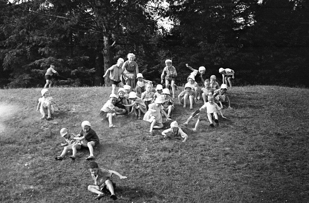 Детвора спешит к речке.