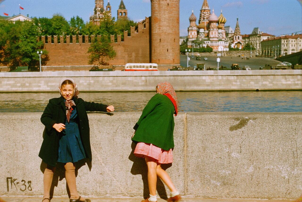 Девочки на набережной Москвы-реки