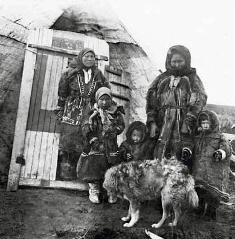 1930 Ненецкая семья у своего чума. Индига, Ненецкий округ