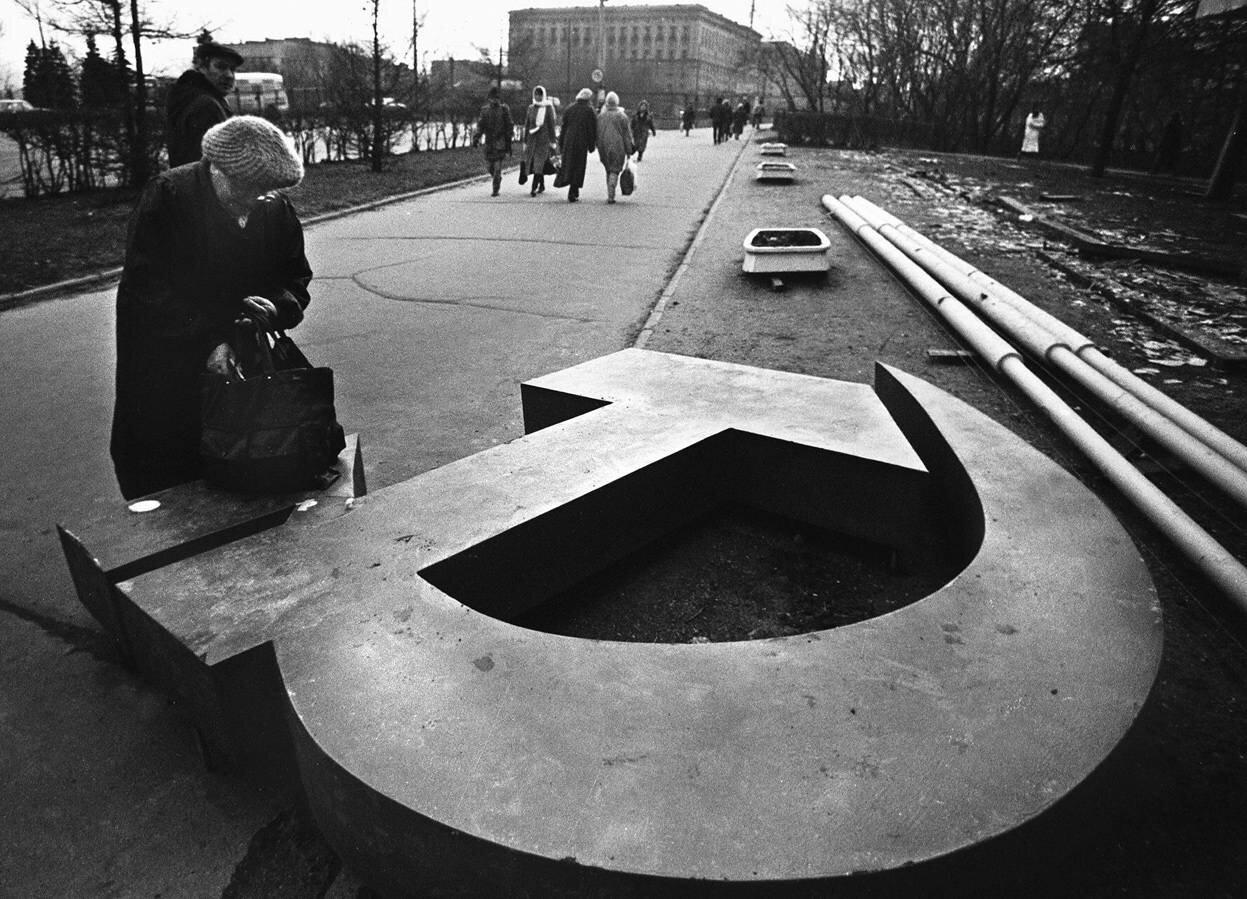 1991. Женщина возле поверженного символа советской власти в Москве