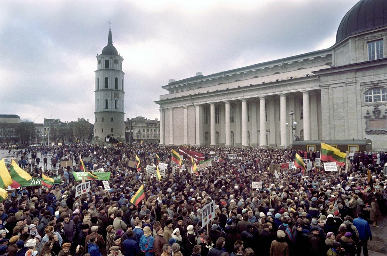 10 января 1990. Литовцы во время демонстрации в центре Вильнюса требуют выхода из состава Советского Союза