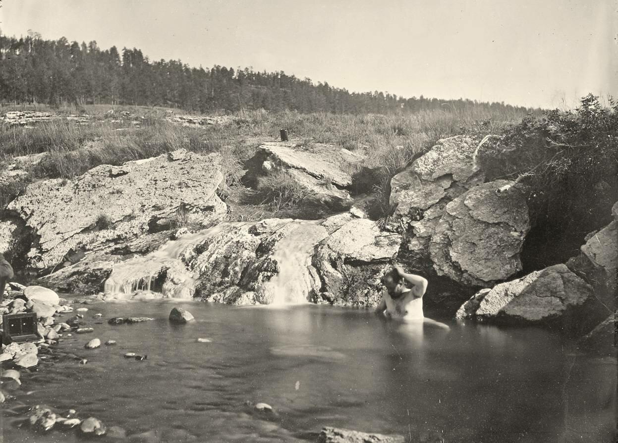 Мужчина купается в Пагоса-Хот- Спрингс, штат Колорадо, в 1874 году