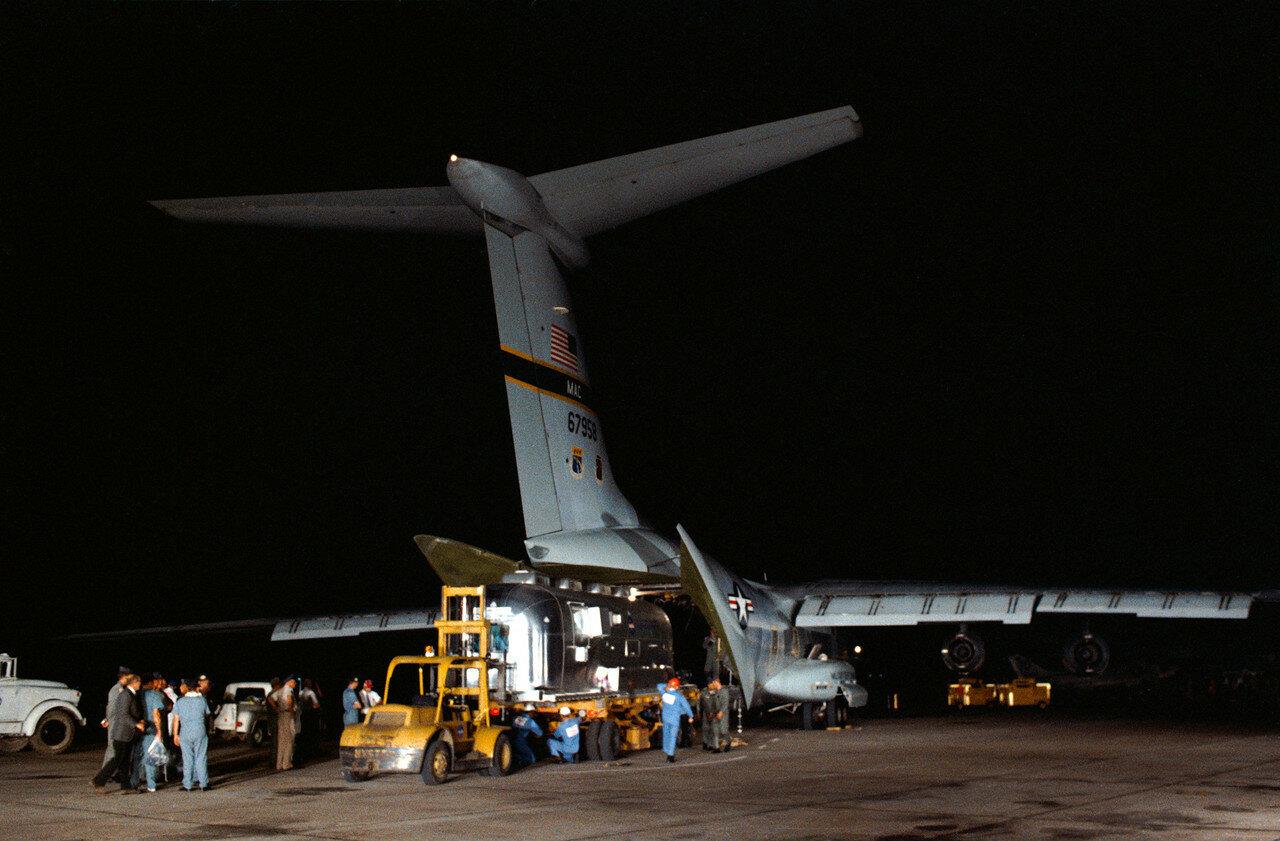 Мобильный карантинный фургон выгружают на базе ВВС США Эллингтон в Хьюстоне