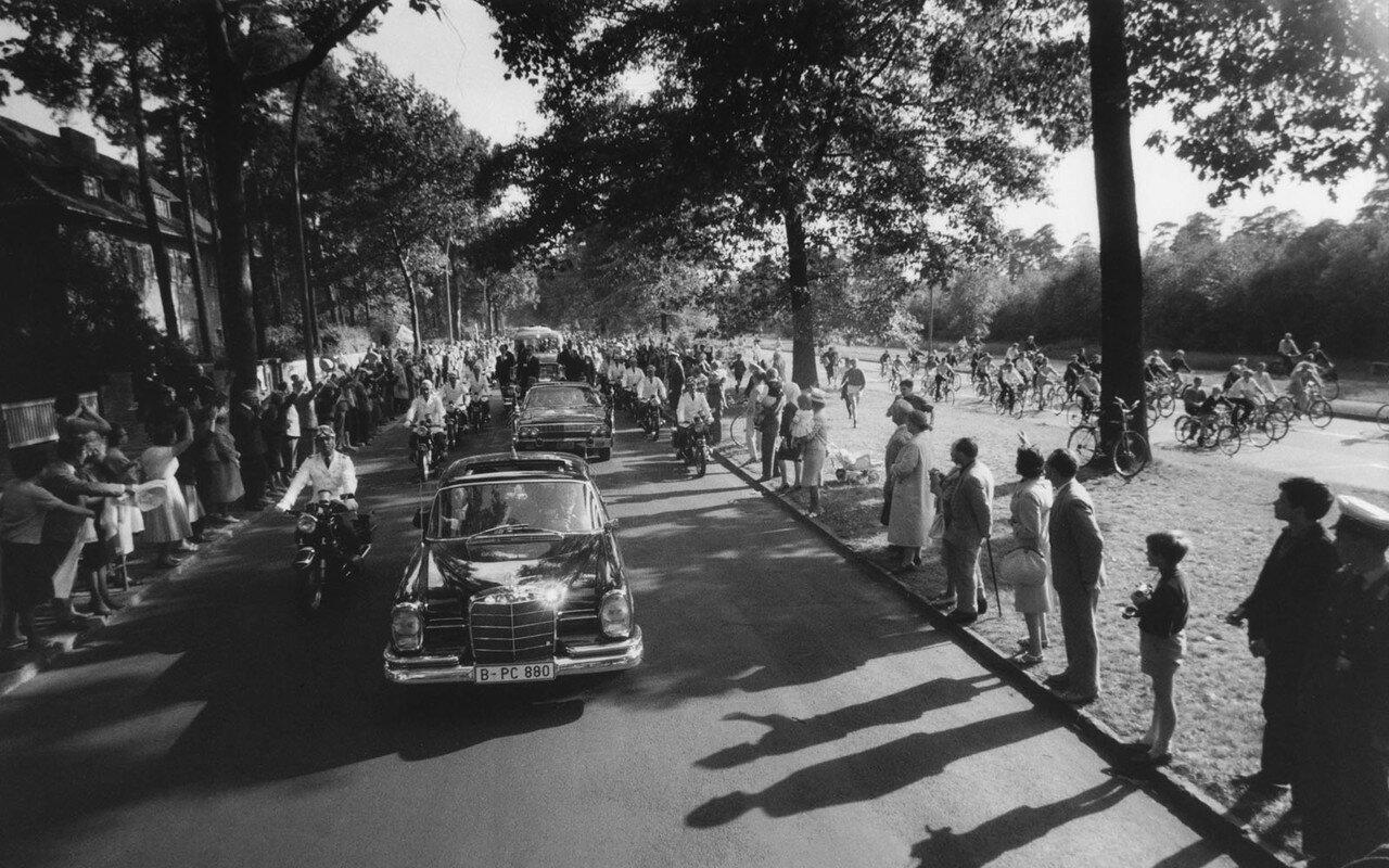 25 июня 1963. Кортеж Кеннеди прибывает к мэрии Франкфурта