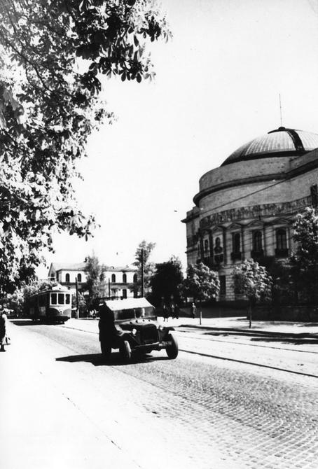 1945.05. Фото: Бабанова Б.О. Улица Владимирская возле здания филиала Центрального музея В,И,Ленина