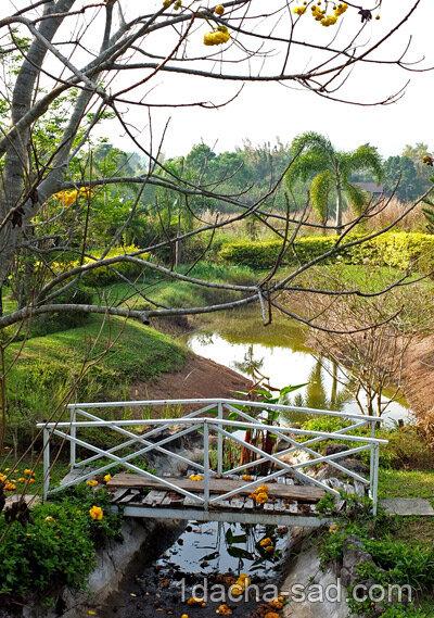 Металлический мостик через ручей для дачи