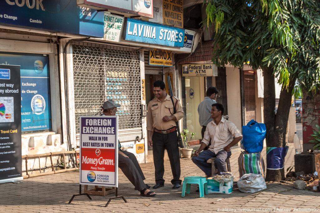 Индия. Полицейский с ружьем