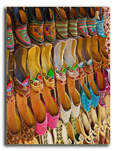 ОАЭ. Дубаи. Traditional Arabic shoes in east souk. Фото Observer - Depositphotos
