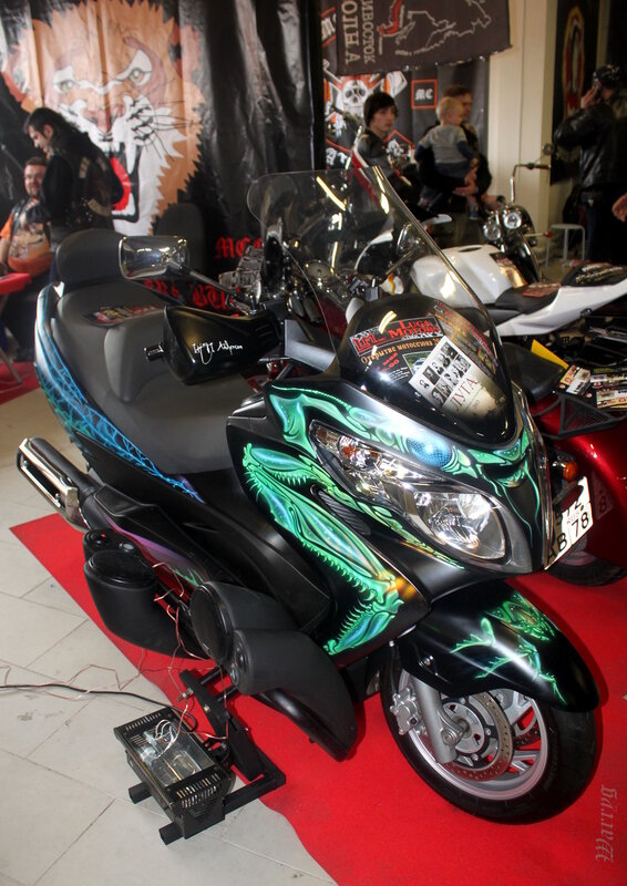 Скутер с аэрографией богомола, мотоклуб «Луга Моторс МС»