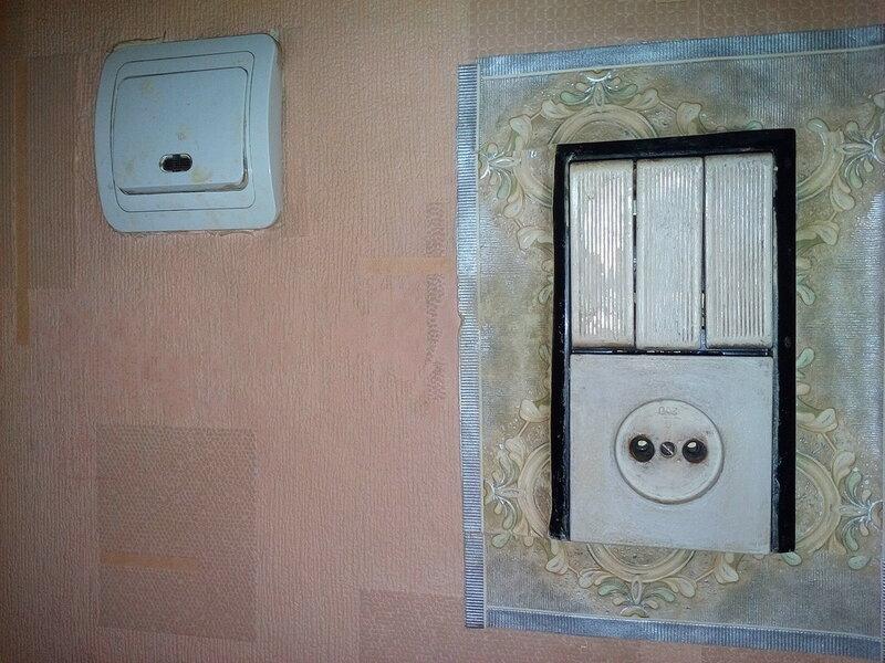 Замена блока выключателей - значительно более сложная задача, чем замена обыкновенного выключателя или розетки. На фото справа - советский блок выключателей, слева - обыкновенный одноклавишный выключатель (турецкий Makel).