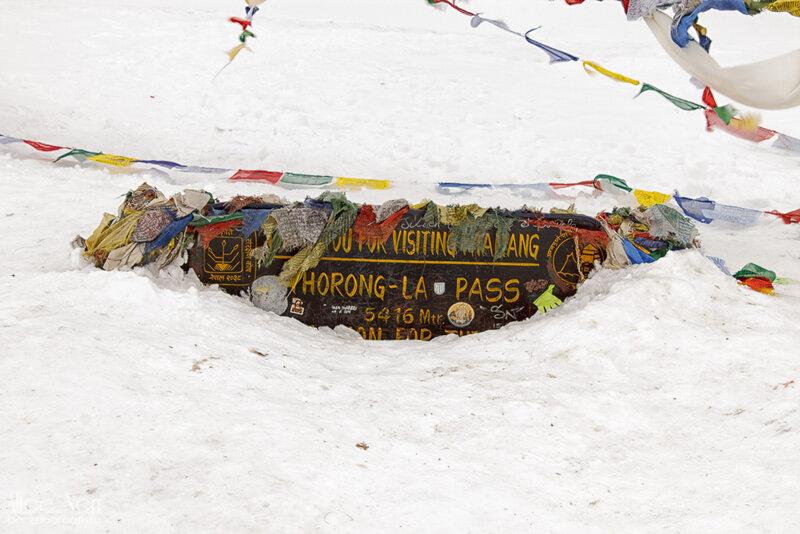 табличка с высотой на перевале торонг-ла, гималаи, трек вокруг аннапурны, высота 5416 мтеров