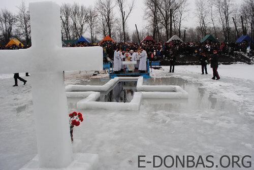 kupanie-v-prorubi-v-luganske-na-prazdnik-kreshenia-19-01-2013-novosti-ifotoreportaj-e-donbas-org
