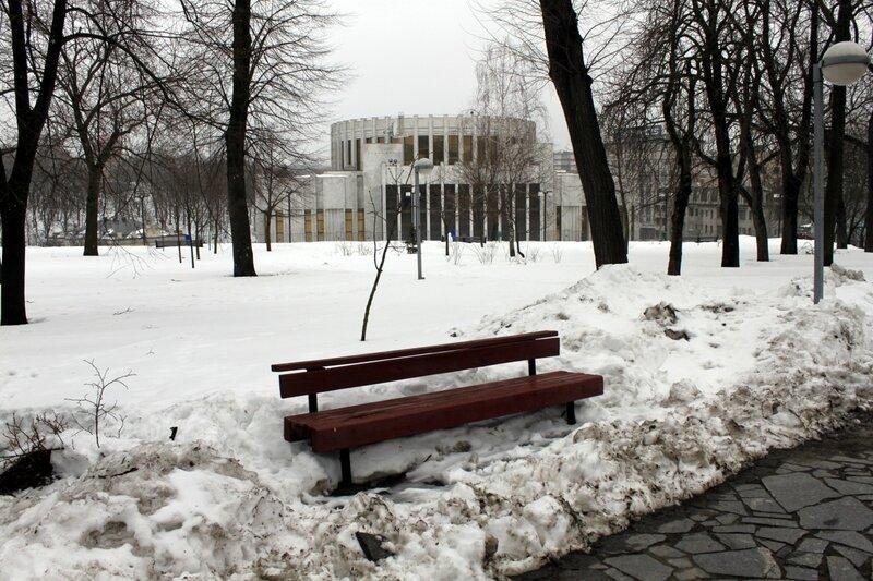 Парковая скамейка под снегом