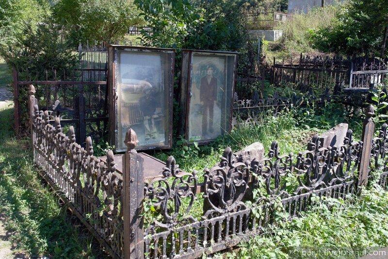 Могилы на кладбище Баракони в западногрузинком стиле