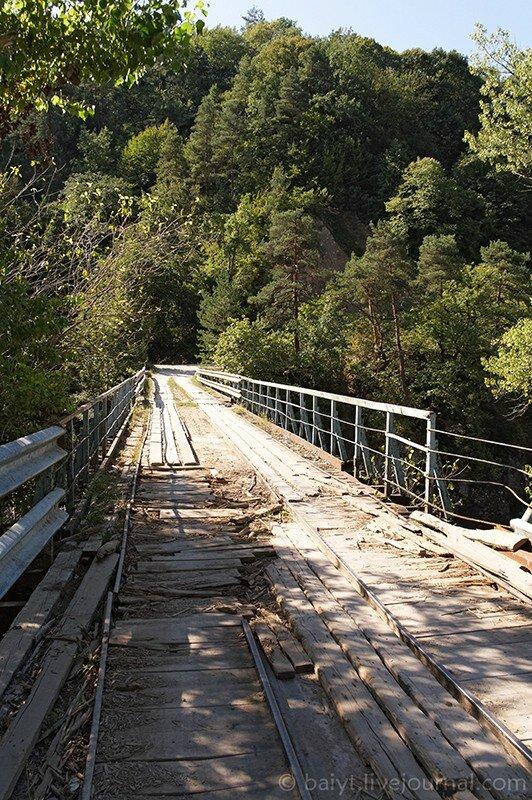 Мост через реку Риони, ведущий к деревне Мухли