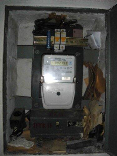 Фото 1. Квартирный щит. Общий вид. Установлен новый электросчётчик ЕС 2726 Ленинградского электромеханического завода (ЛЭМЗа). Крышка электросчётчика накрывает верхнюю часть крышки пакетного выключателя.