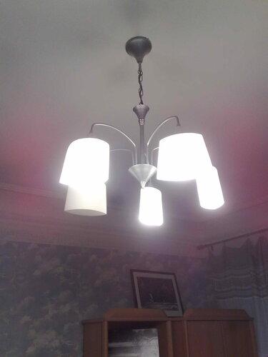 Фото 15. Нажаты обе клавиши двухклавишного выключателя. Согласно схемк люстры, в такой ситуации должны работать все световые точки, но одна из них не работает из-за отсутствия лампы. Обратите внимание на холодный свет КЛЛ.