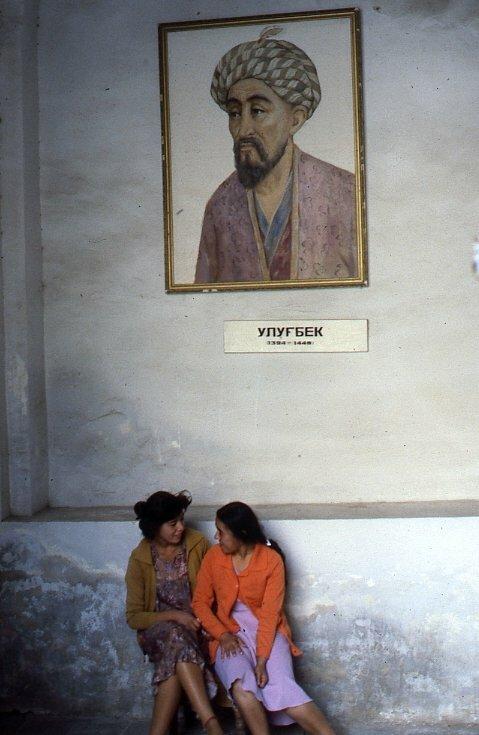 Две девочки под Улугбеком